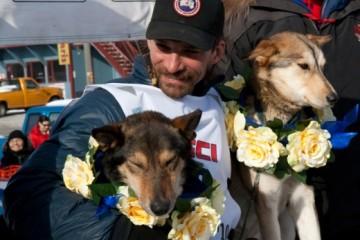 """Lance Mackey als Gewinner des Iditarod 2010 mit seinen Hunden """"Rev"""" und """"Maple"""" - Bild: Canada Goose"""