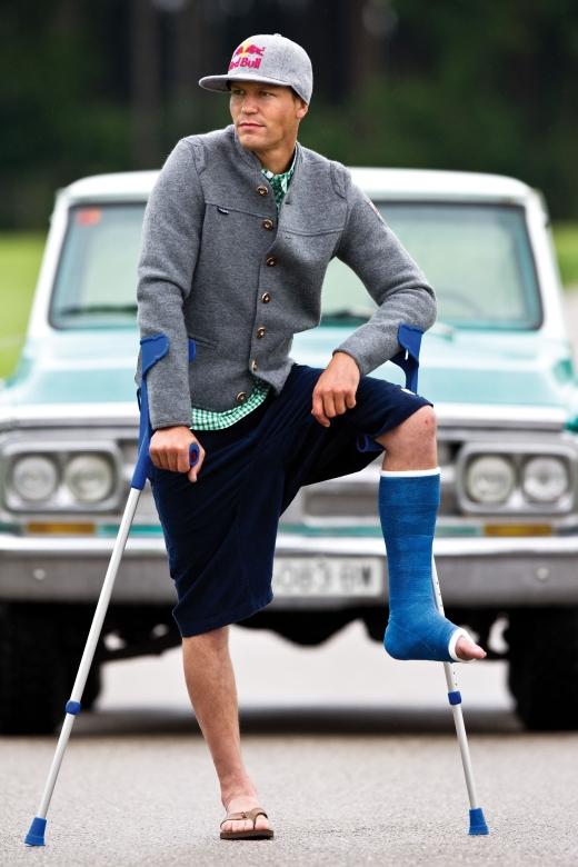Profi Guido Tschugg mit gebrochenem Bein und Walk-Janker - Bild: Maloja